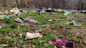 Mucha basura cae en la tierra en el bosque el problema de la contaminaci?n ambiental almacen de metraje de vídeo