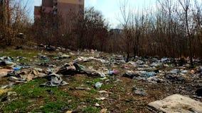 Mucha basura cae en la tierra en el bosque el problema de la contaminaci?n ambiental almacen de video