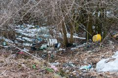 Mucha basura en el borde de la carretera, negligencia humana Foto de archivo