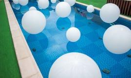 Mucha bola blanca en piscina Imagen de archivo libre de regalías