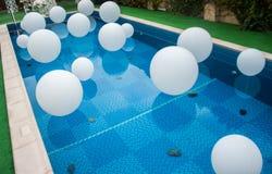 Mucha bola blanca en piscina Fotos de archivo libres de regalías