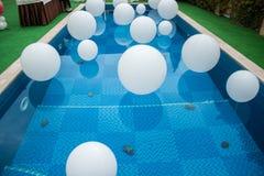 Mucha bola blanca en piscina Fotografía de archivo libre de regalías