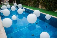 Mucha bola blanca en piscina Imágenes de archivo libres de regalías
