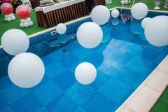 Mucha bola blanca en piscina Fotografía de archivo