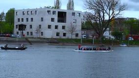 Mucha gente aprende kayak en los remos rápidos de un rowing e ir rápidamente rio abajo almacen de video