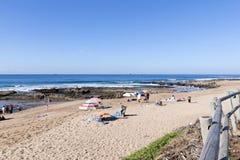 Mucha gente desconocida en la playa de Umdloti Foto de archivo libre de regalías