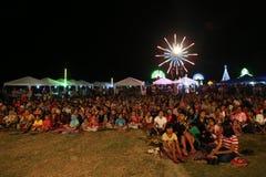 Mucha gente en el festival del partido del Año Nuevo en Koh Sukorn Fotos de archivo