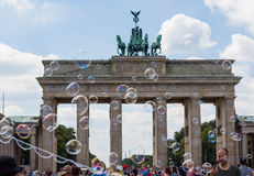 Mucha gente en la puerta de Brandeburgo foto de archivo libre de regalías