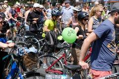 Mucha gente en las bicicletas en una demostración Sternfahrt de la bicicleta fotografía de archivo