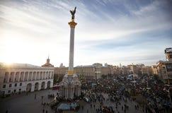 Mucha gente en Maidan Nezalezhnosti durante la revolución en Ucrania Foto de archivo