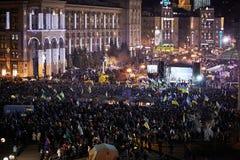 Mucha gente en Maidan Nezalezhnosti durante la revolución en Ucrania Fotos de archivo