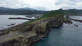 Mucha gente encima de un alto acantilado en Taiwán, roca del tronco del elefante, 4k almacen de metraje de vídeo