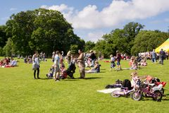 Mucha gente, familias con los niños que disfrutan de un día soleado caliente Fotos de archivo