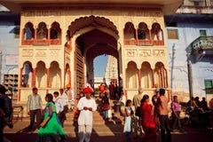 Mucha gente india viene del servicio de Puja Foto de archivo