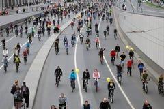 Mucha gente monta las bicicletas en centro de ciudad de Moscú Foto de archivo libre de regalías
