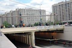 Mucha gente monta las bicicletas en centro de ciudad de Moscú Imagen de archivo