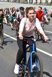 Mucha gente monta las bicicletas en centro de ciudad de Mosc? fotos de archivo
