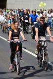 Mucha gente monta las bicicletas en centro de ciudad de Mosc? fotografía de archivo