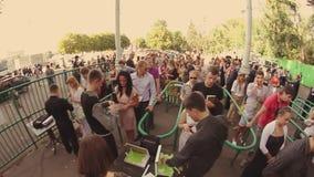 Mucha gente permanece en línea para encantar en el evento del verano seguridad muchedumbre Adulto, juventud asoleado boleto almacen de metraje de vídeo