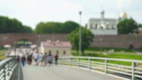 Mucha gente que camina en un puente peatonal almacen de metraje de vídeo