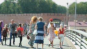 Mucha gente que camina en un puente peatonal almacen de video