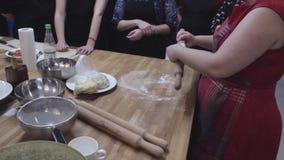 Mucha gente que hace la panadería en el taller, resbalador tirado almacen de video