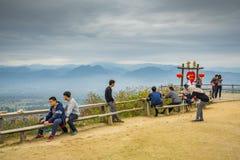 Mucha gente que se sienta en el punto de vista de YUN LAI Imagenes de archivo