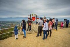 Mucha gente que se sienta en el punto de vista de YUN LAI Foto de archivo