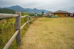 Mucha gente que se sienta en el punto de vista de YUN LAI Fotografía de archivo libre de regalías