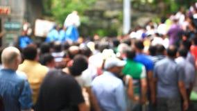 Mucha gente que va en los animales de la demostración en el parque zoológico HD almacen de video