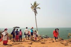 Mucha gente que viene al océano vara por días de fiesta relajantes con las familias Imagen de archivo libre de regalías