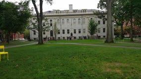 Mucha gente que visita el campus de Universidad de Harvard metrajes