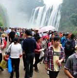 Mucha gente ve la cascada Imagen de archivo