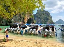 Mucha gente y barcos de la velocidad anclados en la isla en la provincia de Krabi Tailandia Fotos de archivo libres de regalías