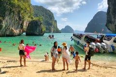Mucha gente y barcos de la velocidad anclados en la isla en la provincia de Krabi Tailandia Foto de archivo