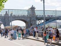 Mucha gente y puente Pushkin, Moscú Imagenes de archivo