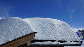 Mucha nieve en los tejados de las casas Fotografía de archivo