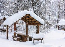 Mucha nieve en parque en invierno Foto de archivo libre de regalías