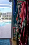 mucha ropa colorida que cuelga en suspensiones rosadas con diversos colores y modelos cerca encima de la foto Aislado en el fondo imagen de archivo libre de regalías