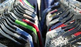 Mucha ropa de la ejecución del invierno para la venta Imagen de archivo