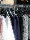 Mucha ropa del invierno en las suspensiones para la venta en el mercado al aire libre Fotografía de archivo libre de regalías