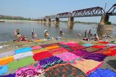 Mucha ropa que se lava de la gente en el río Imagen de archivo libre de regalías