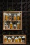 Mucha variable sacude en un estante en un interior moderno con las pastas, los espaguetis, los guisantes y subida fotografía de archivo