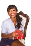 Muchacha étnica feliz con el presente del día de tarjeta del día de San Valentín Fotografía de archivo