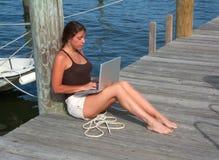 Muchacha 2 de la persona que practica surf del muelle del barco fotos de archivo libres de regalías