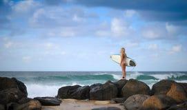 Muchacha 4 de la persona que practica surf imagen de archivo