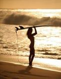 Muchacha 5 de la persona que practica surf de la puesta del sol foto de archivo libre de regalías