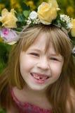 Muchacha 6 años en guirnalda sonrisas Los dientes de bebé caen Foto de archivo