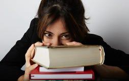 Muchacha abrumada joven que estudia difícilmente Estudiante de mujer joven cansado, subrayado y trabajado demasiado Modelo femeni Imagenes de archivo
