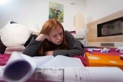 Muchacha aburrida durante el aprendizaje Foto de archivo libre de regalías